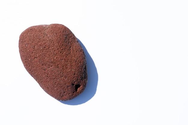 De steen ligt op een witte achtergrond