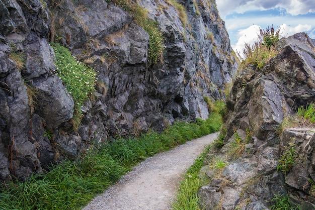 De steen schommelt bergweg bij ierse zeekust. bray, greystone