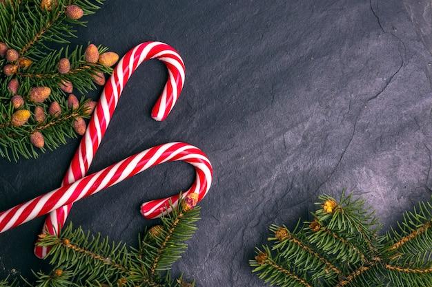 De steenachtergrond van kerstmis die met spartakken wordt verfraaid
