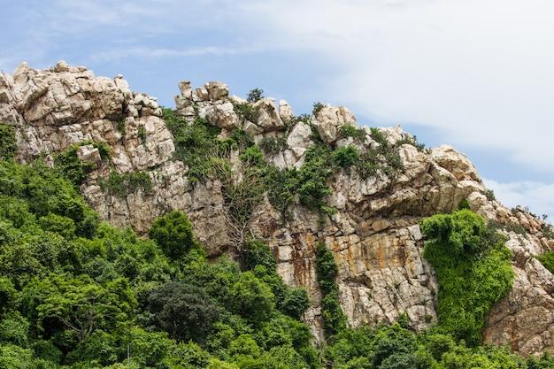 De steenberg van de rots en blauwe hemel
