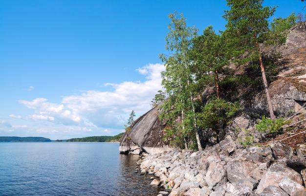 De steile kust van het eiland op het meer