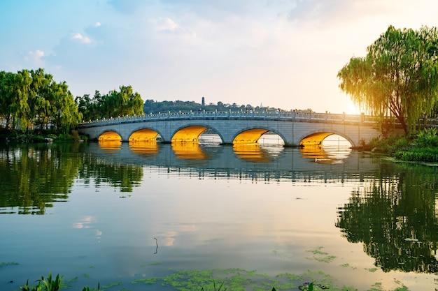De stenen boogbrug in het park bevindt zich in nanjing xuanwu lake park china