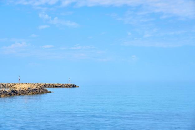 De stenen kust van noord-kreta op een zonnige dag.