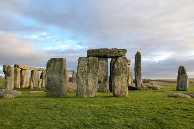 De stenen van stonehenge zijn beroemde bezienswaardigheid en natuur mooi in wiltshire, engeland