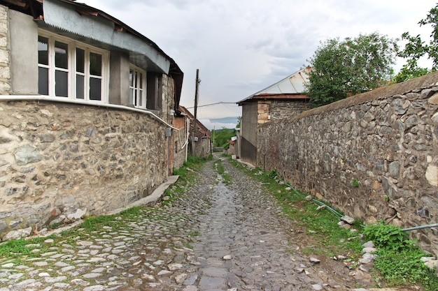 De stenen weg in kish dorp, azerbeidzjan