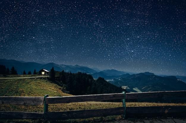 De ster schijnt over de kerststal van jezus christus.