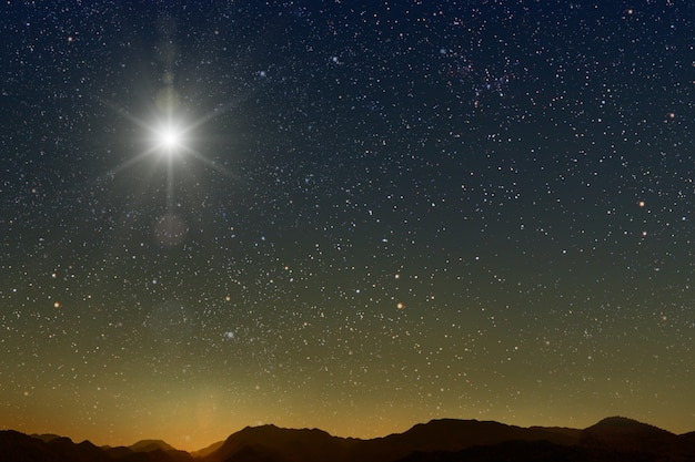De ster schijnt over de kribbe van kerstmis van jezus christus.