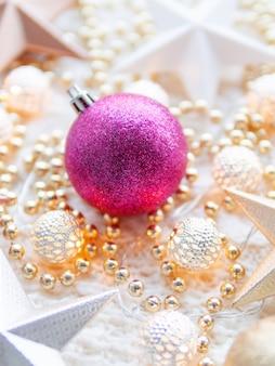 De sterdecoratie van kerstmis op wit