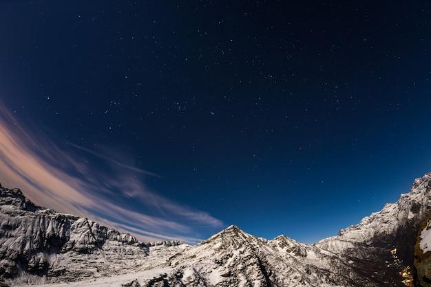 De sterrenhemel boven de alpen