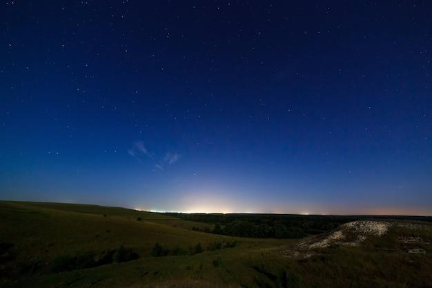 De sterrenhemel boven de verlichte lantaarns stad.