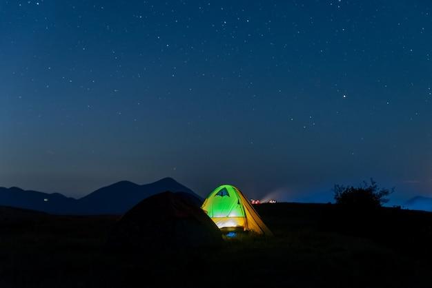 De sterrenhemel 's nachts op het grasland