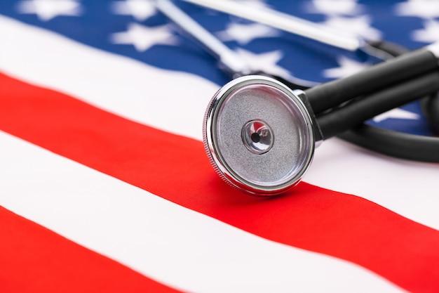 De stethoscoop op amerikaanse nationale vlag, sluit omhoog