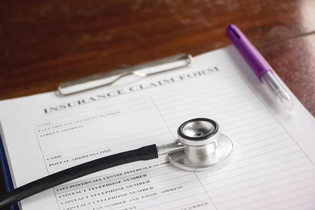 De stethoscoop op wazig verzekeringsclaimformulier