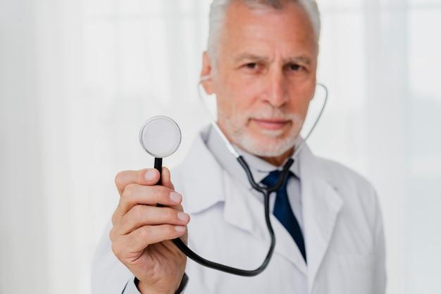 De stethoscoop van de artsenholding defocused