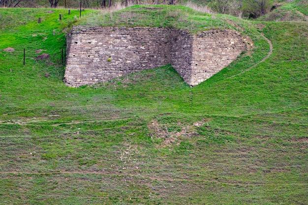 De stichting van het oude fort, begroeid met gras.