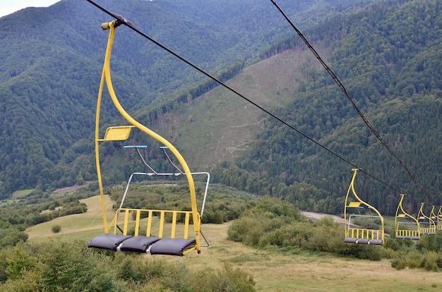 De stoelen van de kabelbaan op de achtergrond van de berg makovitsa, een van de karpaten