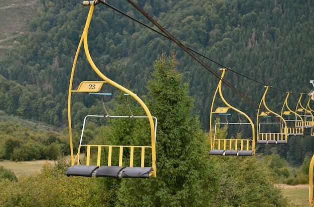 De stoelen van de kabelbaan op de achtergrond van de berg makovitsa