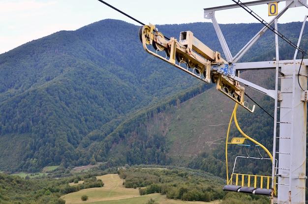 De stoelen van de kabelbaan op de achtergrond van mount makovitsa
