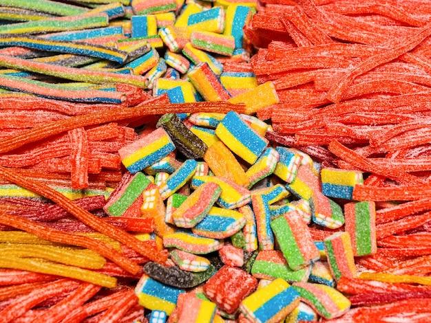 De stokken en de stukken van de verschillende kleurenmarmelade sluiten omhoog