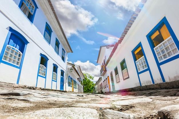 De straat en de oude portugese koloniale huizen in historisch de stad in in paraty, verklaren rio de janeiro