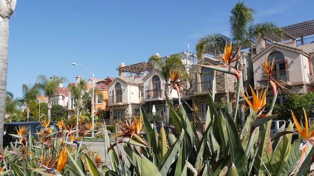 De straat in de voorsteden van californië, de v.s. generieke huizen, gebouwenarchitectuur. woonwijk wijk district