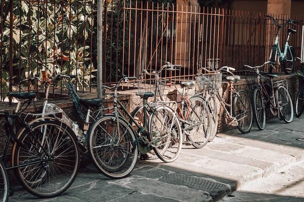 De straat in florence staat vol met fietsen. toerisme en reizen concept.