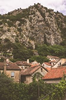 De straat van de montenegrijnse stad kotor