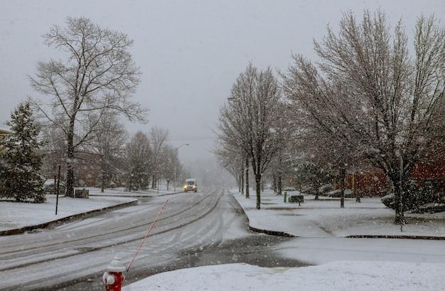De straat van het de winterlandschap van een kleine stadssneeuw behandelde bestrating canada de vs