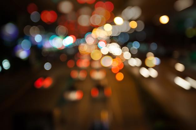 De straatlantaarn bokeh achtergrond van de nachtstad, duisternisconcept