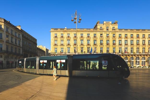 De straatscène van de stad met tram in bordeaux, frankrijk