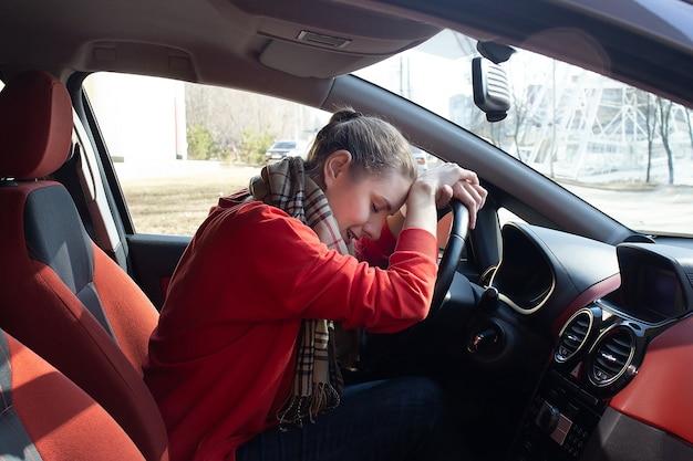 De stress achter het stuur van een auto, het meisje is moe