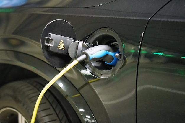 De stroomvoorziening voor het opladen van een elektrische auto.