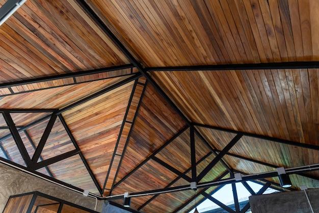 De structuur onder het dak is versierd met hout op de bouwplaats van een huis