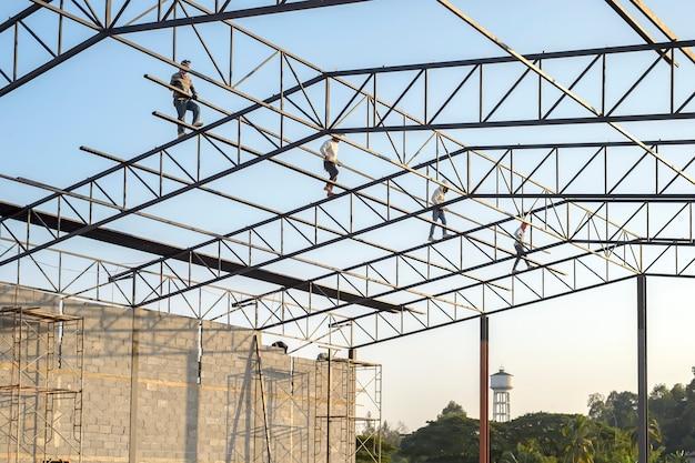 De structuur van het stalen dak in aanbouw van het gebouw terwijl het niet wordt voltooid