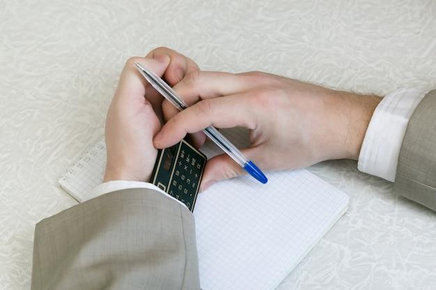 De student schrijft het gebruik van verboden materiaal op het examen af.