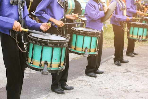 De studenten van het drum-schoolorkest van de school.
