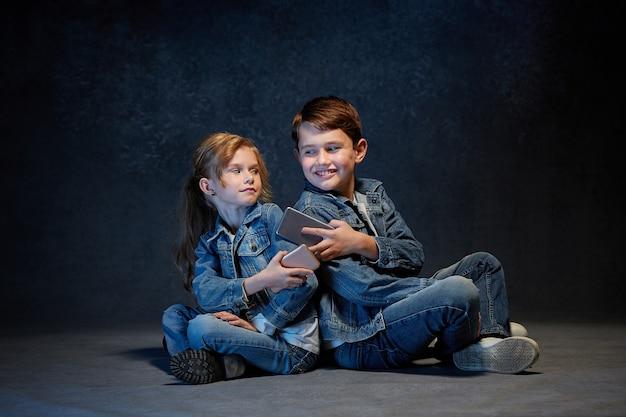 De studio-opname van kinderen met mobiele telefoons