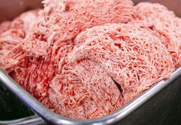 De stukjes vlees. de worstfabriek.