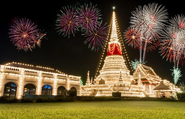 De stupa in phra samut chedi in samut prakan, thailand, versierd tijdens een tempelfestival.