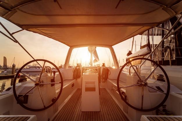 De stuurwielen van een modern speedbootjacht.