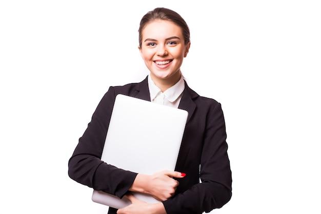 De succesvolle bedrijfsvrouw bevindt zich op geïsoleerde witte muur.