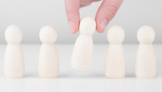 De succesvolle zakenmanhand van de teamleider kiest mensen die duidelijk uitkomen