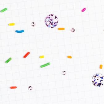 De suiker bestrooit witte rasterachtergrond