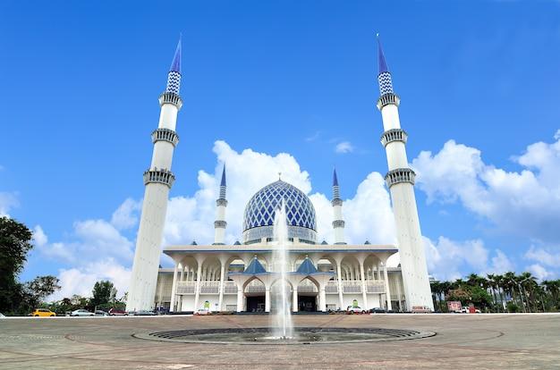 De sultan salahuddin abdul aziz shah-moskee, ook bekend als de blauwe moskee, is de staatsmoskee van selangor, maleisië. het is gelegen in shah alam en is de grootste moskee van maleisië.