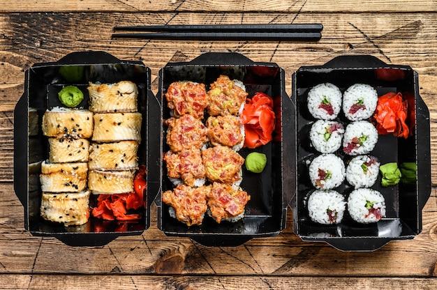 De sushi rolt in het afleverpakket, besteld in sushi afhaalrestaurant.