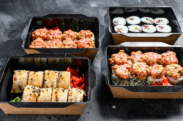 De sushi rolt in het bezorgpakket, besteld in sushi take-out restaurant.