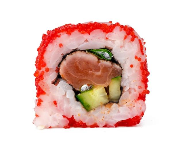 De sushibroodje van californië met rode die kaviaar op wit wordt geïsoleerd