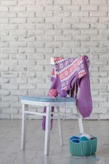 De sweater van het babymeisje het hangen op witte bakstenen muurmuur