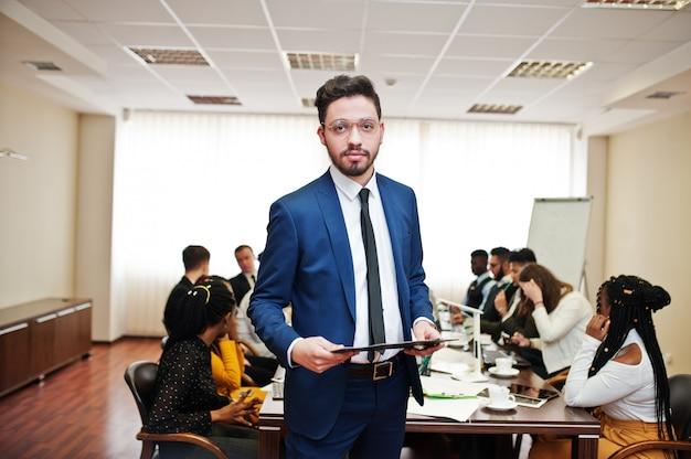 De tablet van de bedrijfsmensenholding op de vergadering