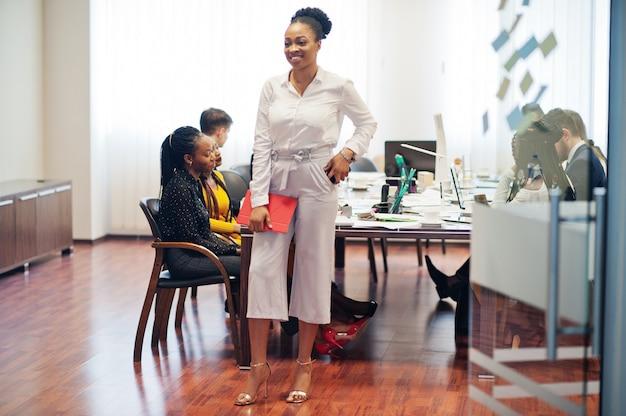 De tablet van de bedrijfsvrouwenholding op de vergadering